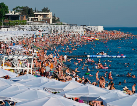 Морская вода в Сочи прогрелась выше 22 градусов, в море купаются тысячи туристов.